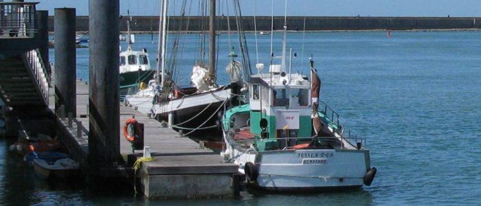 le bateau amarré au ponton